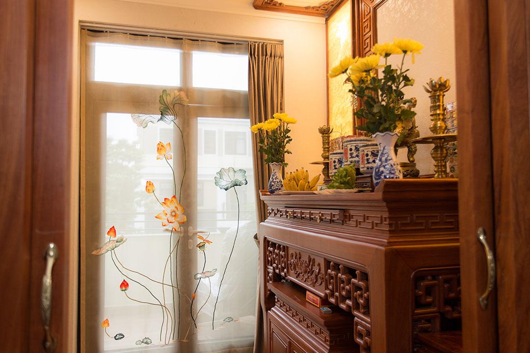 Cách thiết kế kết hợp hai sản phẩm bàn thờ treo và tủ thờ ở phòng khách