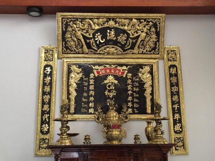 Liễn treo bàn thờ có nhiều công dụng khác nhau khi sử dụng trong không gian khác nhau: phòng thờ gia đình, từ đường, nhà thờ họ,...